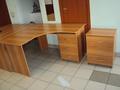 Офисная мебель в комплекте : два стола, две тумбы, шкаф для бумаг, прихожая.