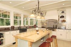 Просторная кухня для большой семьи